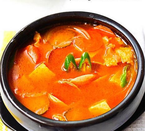 有海鲜豆腐汤,韩式大酱汤,韩式泡菜汤(3选1),还有南瓜粥,白米饭,另外